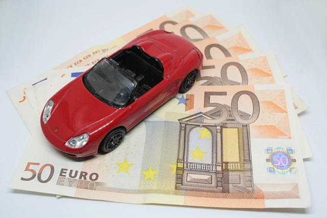 zabawkowy samochodzik i banknoty euro