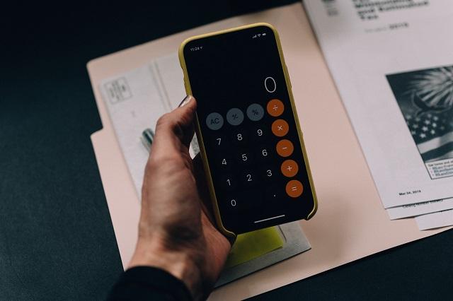 Kalkulator włączony na telefonie