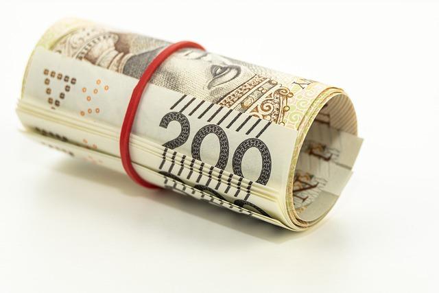 banknoty zawinięte w rulon