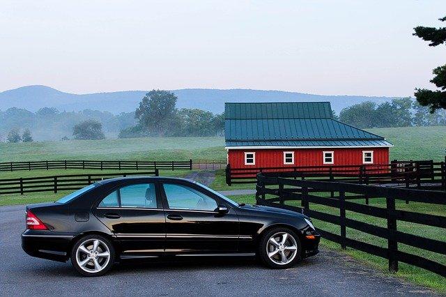 auto zaparkowane na wsi